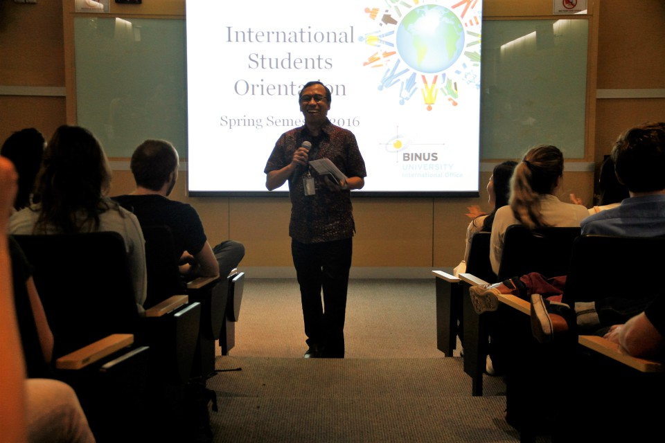 Firdaus Alamsjah, Executive Dean of BINUS INTERNATIONAL, deleivered his opening remarks to the international students