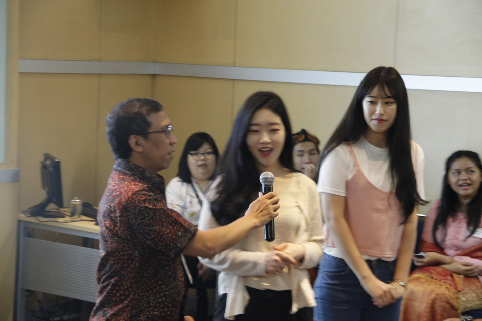 Firdaus Alamsjah, Executive Dean of BINUS INTERNATIONAL, askes exchange students from SOuth Korea to say